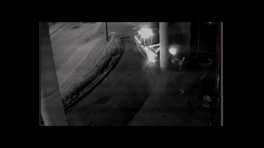 Video Zraněného mladíka policista místo ošetření kopl
