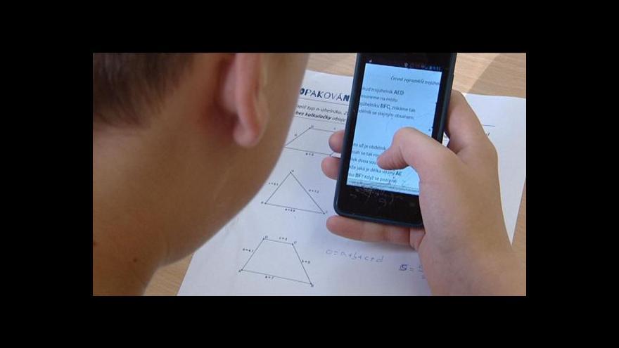 Video Učitelé začínají používat mobily jako pomůcku