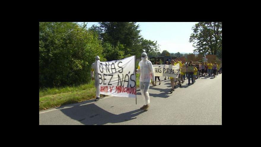 Video Pochodu proti uranu se zúčastnilo na 200 lidí