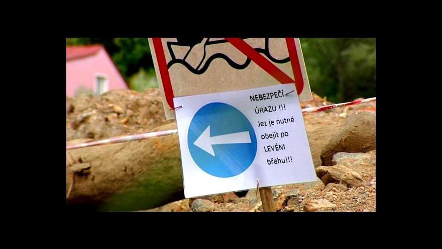 Video Vodáci ignorují varovné tabule u jezů