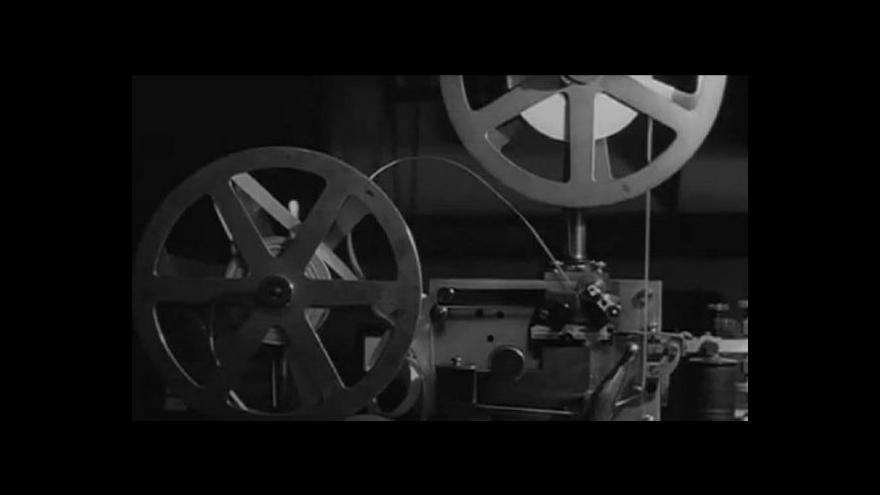 Video V retro kině se ještě může přetrhnout film.