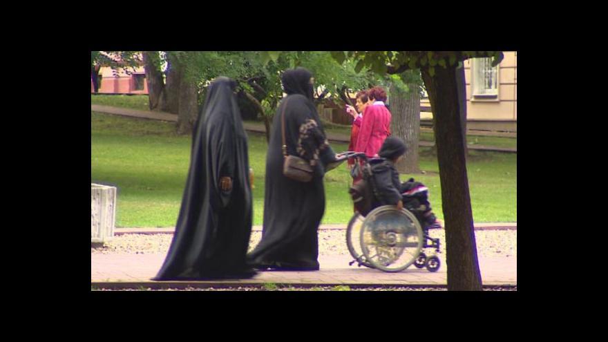 Video Události: Spor o šátky v Česku graduje