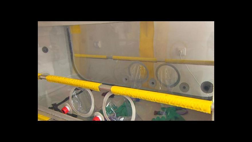 Video 168 hodin: Kontaminovanou rukavicí si stačí promnout oči