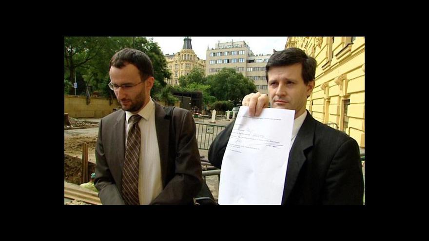 Video Spor o amnestii končí smírem