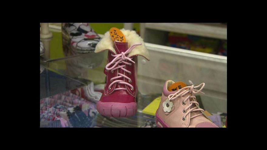 Video Mayerová: Dítě může z bot vyrůst i za měsíc