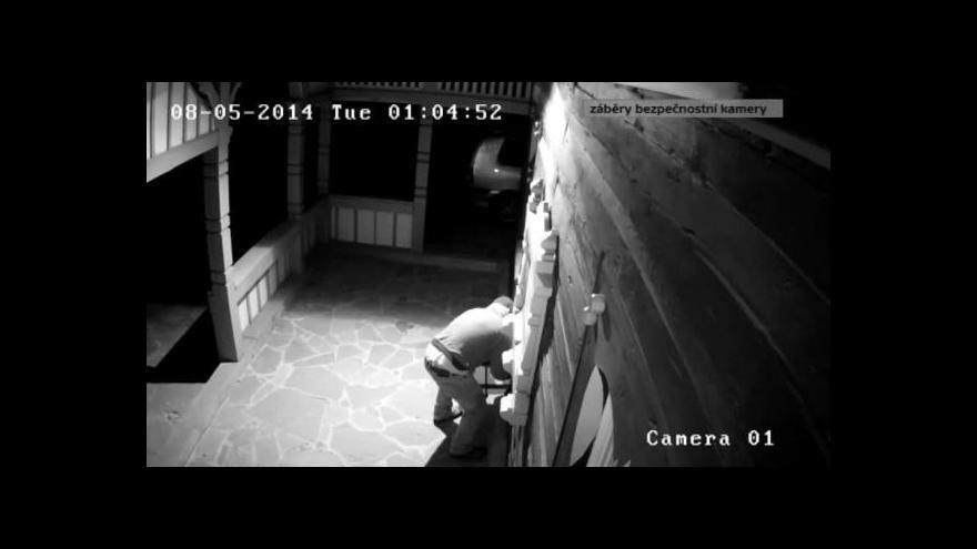 Video Zloděje kasičky zachytila bezpečnostní kamera