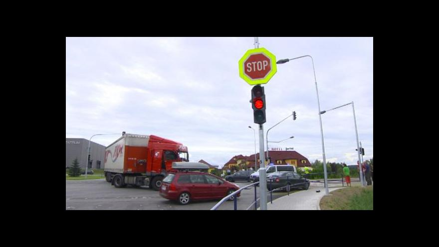 Video Nebezpečnou křižovatku u Jihlavy řídí semafor