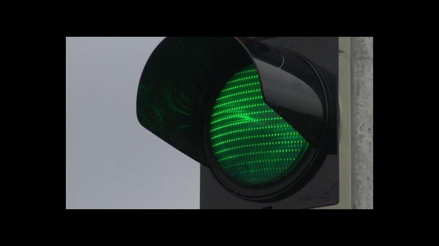 Video Zpomalovací semafory zaplavují Česko, experti před nimi varují
