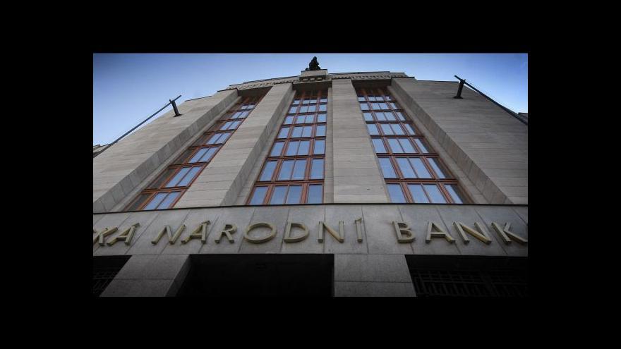 Video ČNB se bojí odlivu kapitálu z bank, posiluje kontrolu