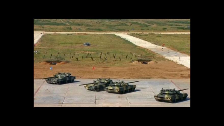 Video Ruský tankový biatlon ve stínu ukrajinské krize