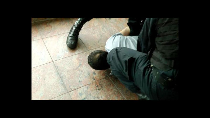 Video Policisté zadrželi na letišti Gruzínce. Cestoval, aby vraždil