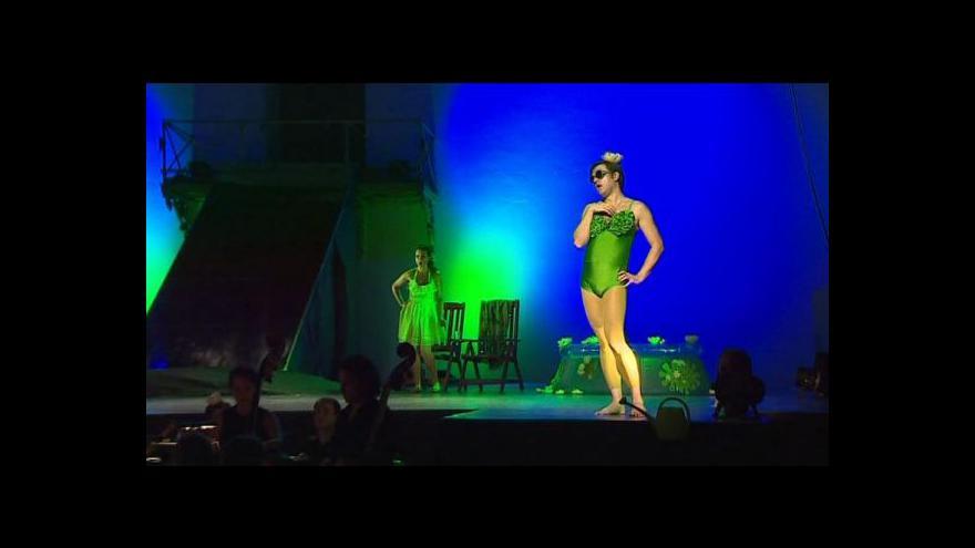 Video Opera Platée: Lekníny, žabky a muž v dámských plavkách