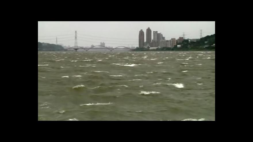 Video Na Tchaj-wanu se zřítilo letadlo, desítky mrtvých