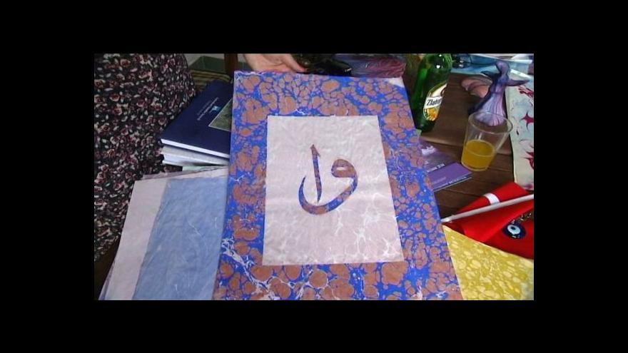 Video Studentka se naučila tureckou techniku malování na vodě