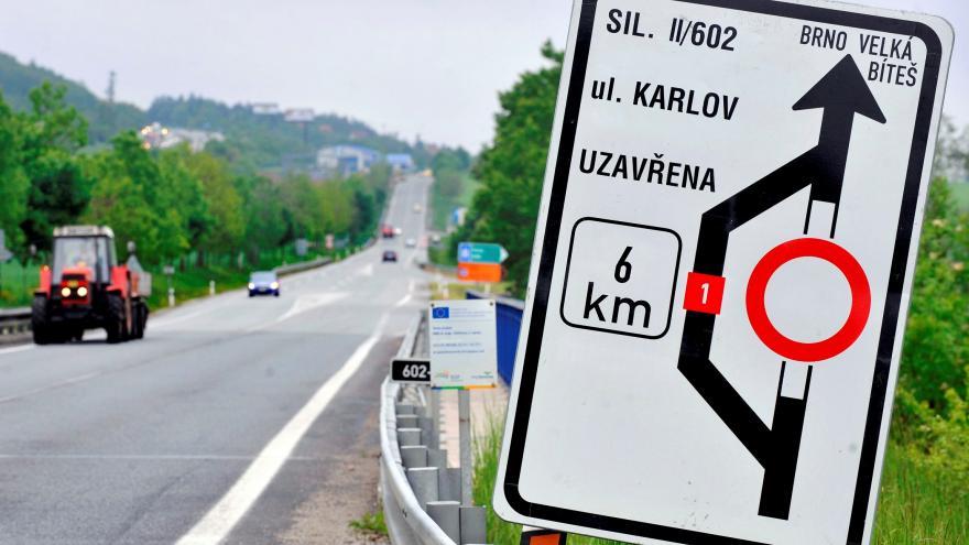 Video Události ČT: Rok po opravě silnici vrátí starý tvar