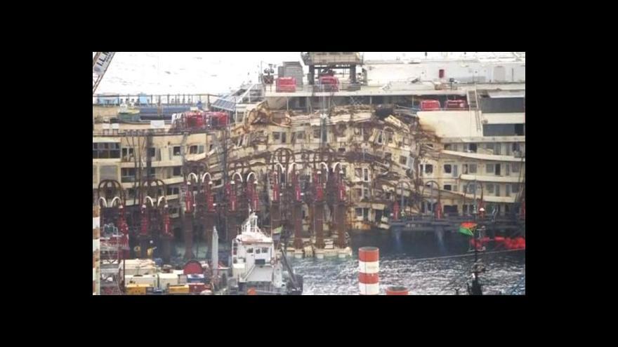 Video Události: Costa Concordia opouští ostrov Giglio
