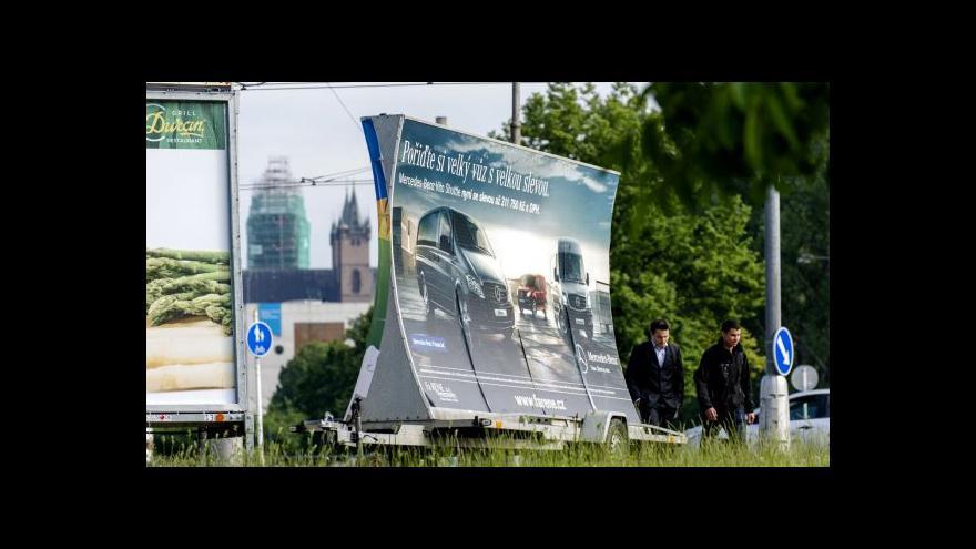 Video Hradec zakázal vozíky s reklamami, firmám se to nelíbí