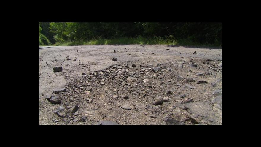 Video Některé silnice na Liberecku už nejdou ani záplatovat