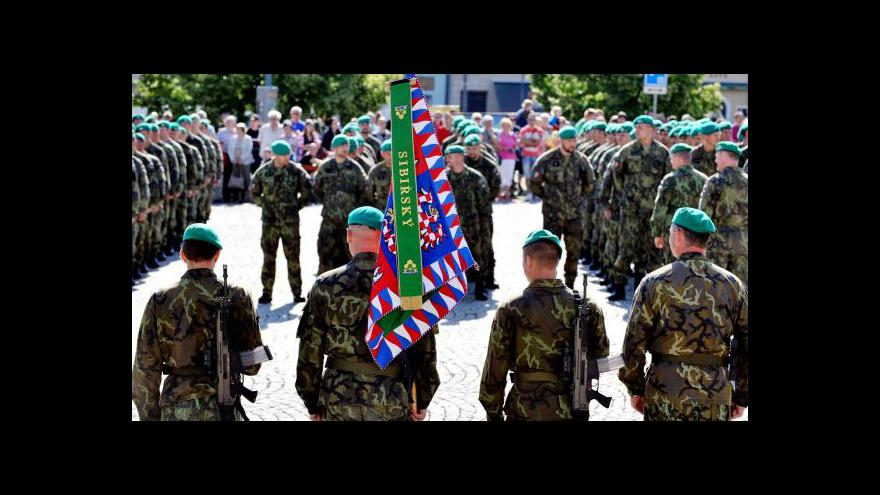 Video Vojáci pochodem podpořili zraněného kolegu