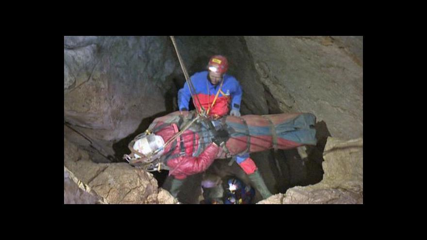 Video Zraněný speleolog je z nejhoršího venku