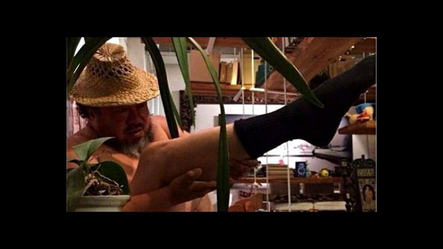 Video Aj Wej-wej střílí vlastní nohou