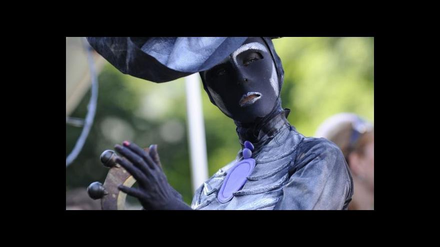 Video Průvod masek završil Divadelní svět Brno