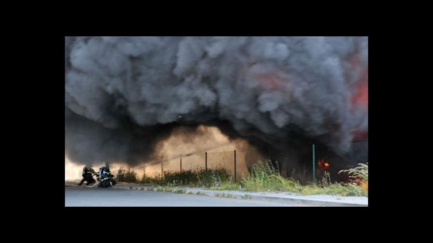 Video Policie nevylučuje cizí zavinění požáru v Liticích