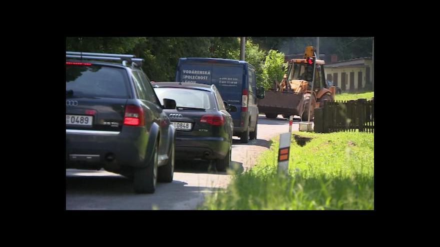 Video Horko, kolony a uzavírky, kterým se nedá uniknout – tak vypadají cesty do Krkonoš