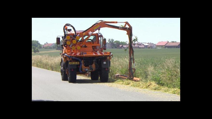 Video Obyvatelé obcí na Královéhradecku si stěžují na vysokou trávu u silnic