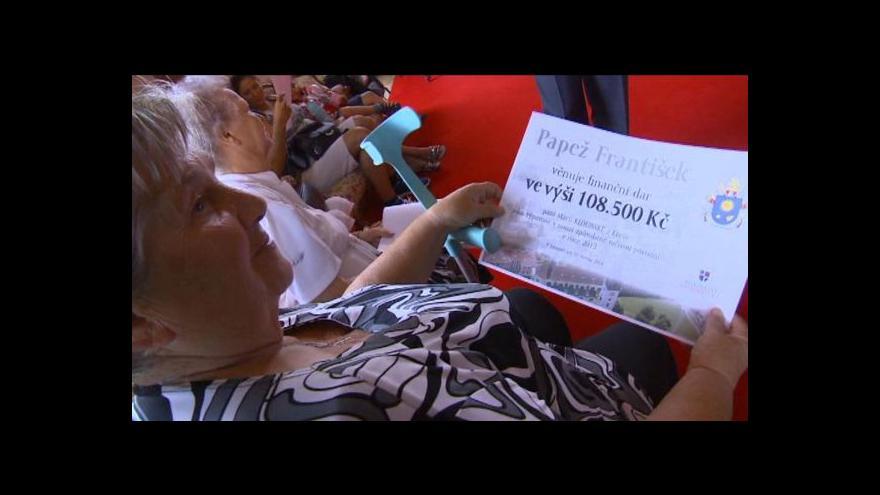 Video Papež obdaroval lidi na Litoměřicku postižené povodní