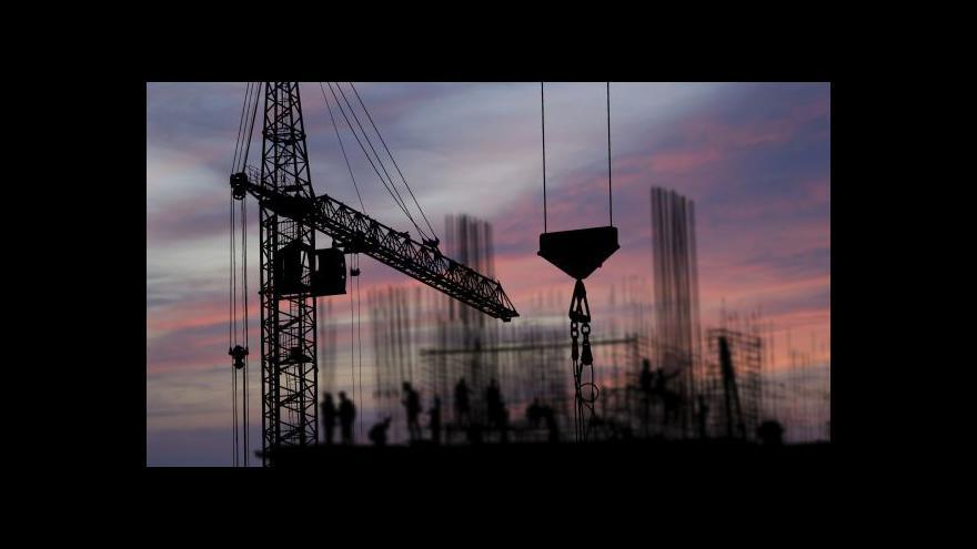 Video Události: Stavebnictví i průmysl v dubnu rostly pomaleji
