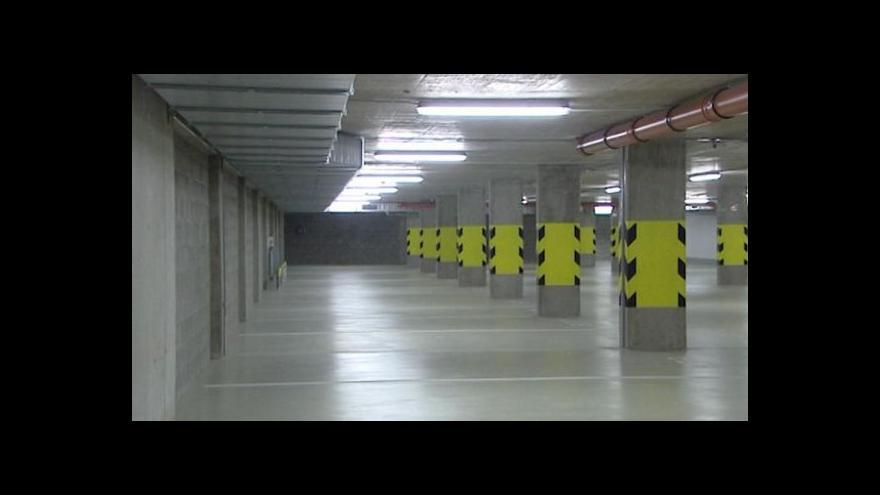 Video Parkovací dům koupilo město za 94 milionů, je ale zavřený