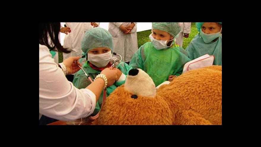 Video Medvědi v Thomayerově nemocnici. Děti hrály doktory