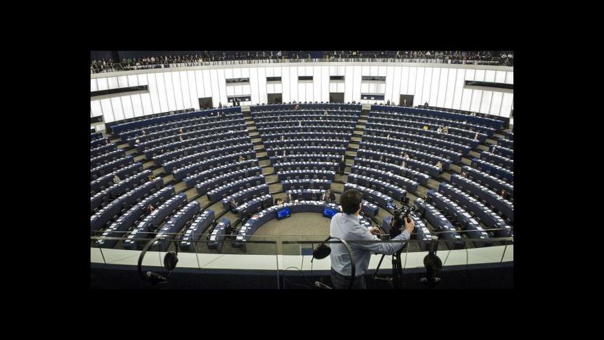 Video Vládní koalice vybírá českého eurokomisaře, Evropský parlament šéfa komise