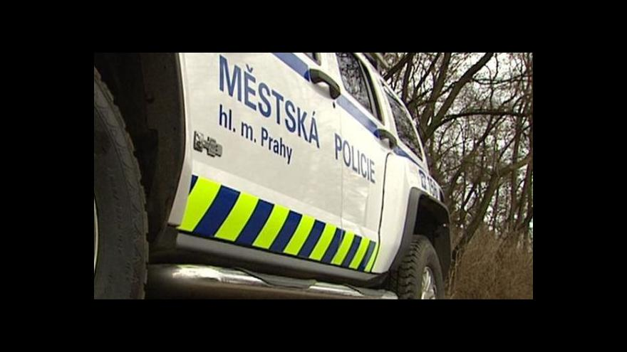 Video Mluvčí pražských strážníků: Střela se odrazila od země