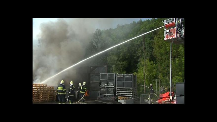 Video Mluvčí hasičů Libor Netopil o požáru ve výrobně plastových komponentů