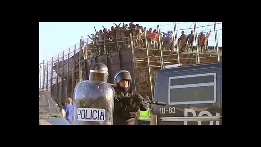 Video Africké imigranty nezastaví ani desetimetrový plot