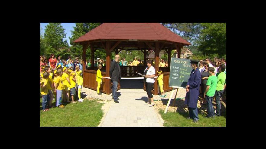 Video Venkovní učebnu pomáhali stavět i žáci