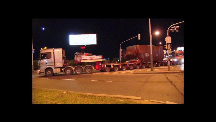 Video Noční Prahou projel nadměrný náklad