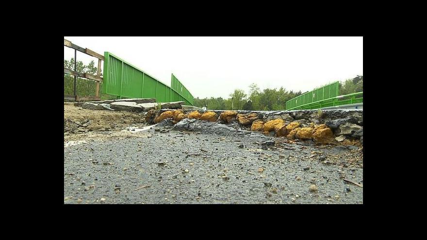 Video Uzavřený most rozdělil obci na dvě poloviny