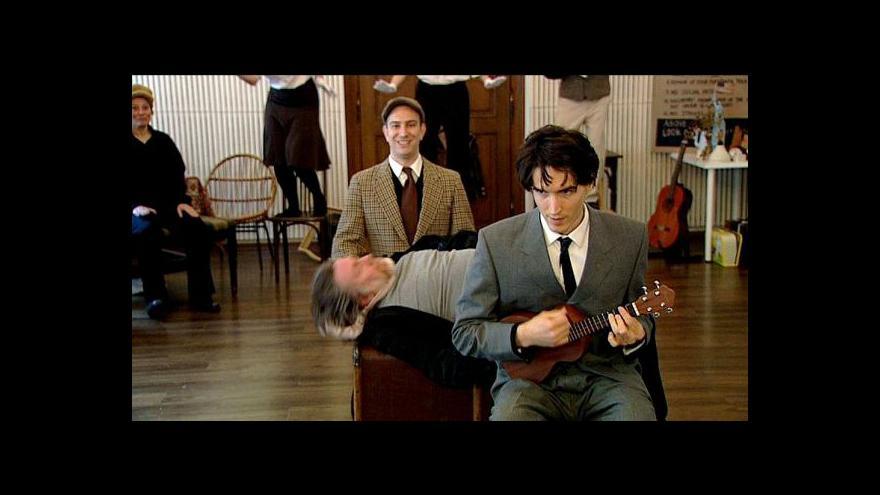 Video Kafka hrající na ukulele? Vyrazte do Ameriky. Nebo do Kolowratu.