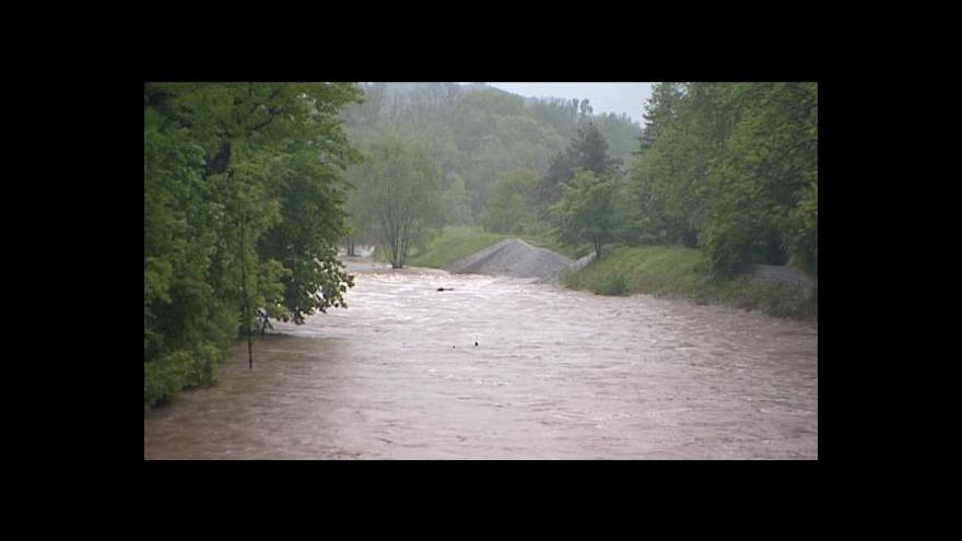 Video V Česku asi zemřeli v rozvodněných řekách dva lidé.