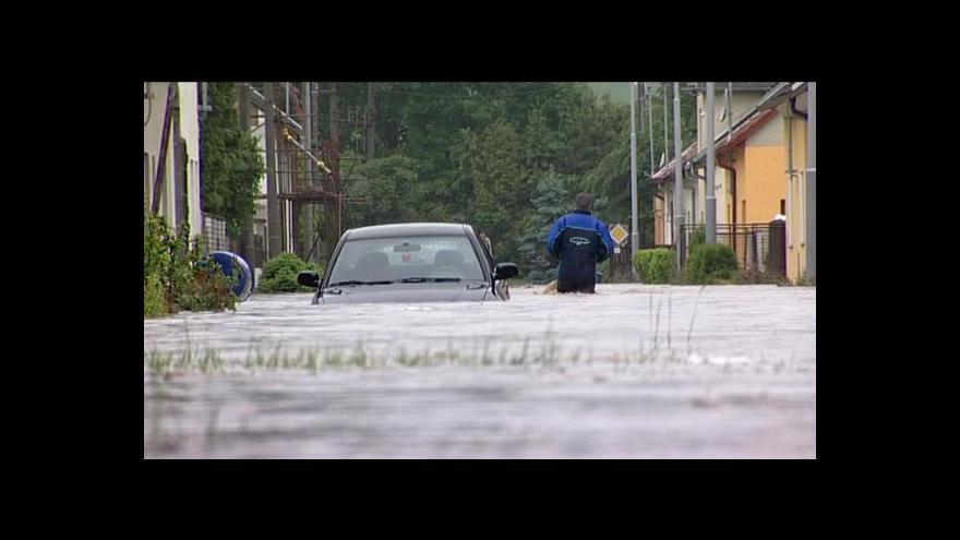 Video Řeky na severu Moravy a ve Slezsku klesají, začíná úklid