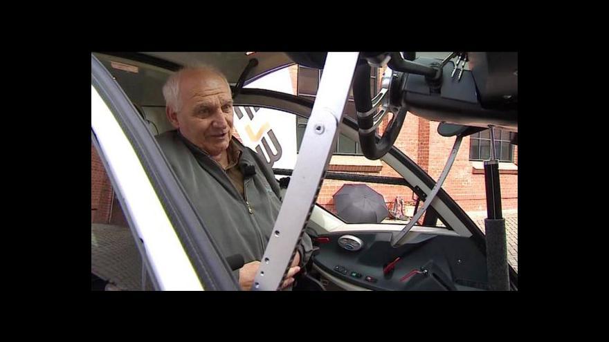 Video Na silnice vyrazil první vůz navržený pro vozíčkáře