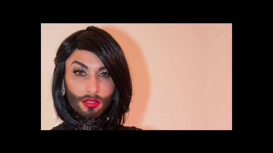 Video Vousatá zpěvačka vítězí v boji proti předsudkům