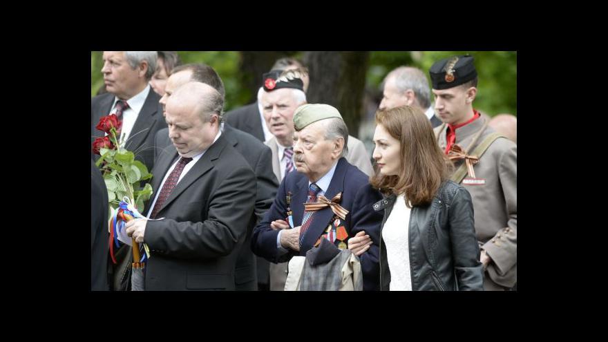 Video Na příchod sovětských vojáků do Prahy se vzpomínalo na Olšanech i na ambasádě