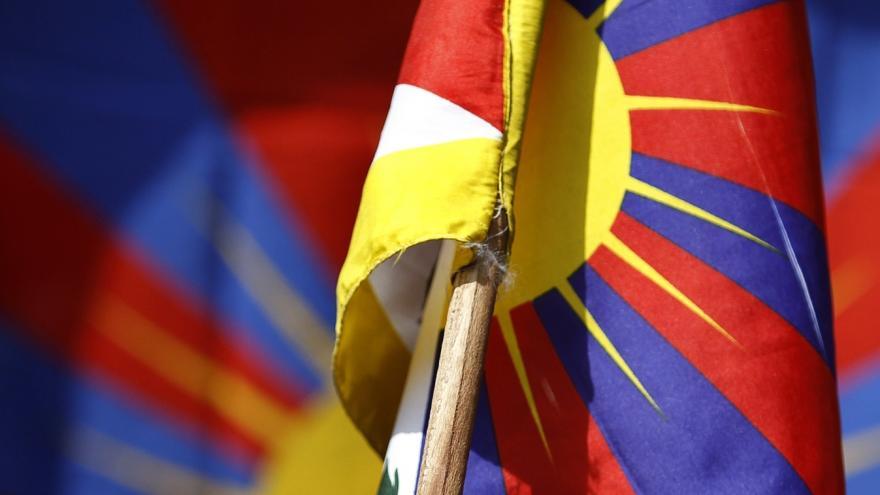 Video Policisté, kteří při návštěvě čínského prezidenta přikázali sundat tibetskou vlajku, na to neměli právo