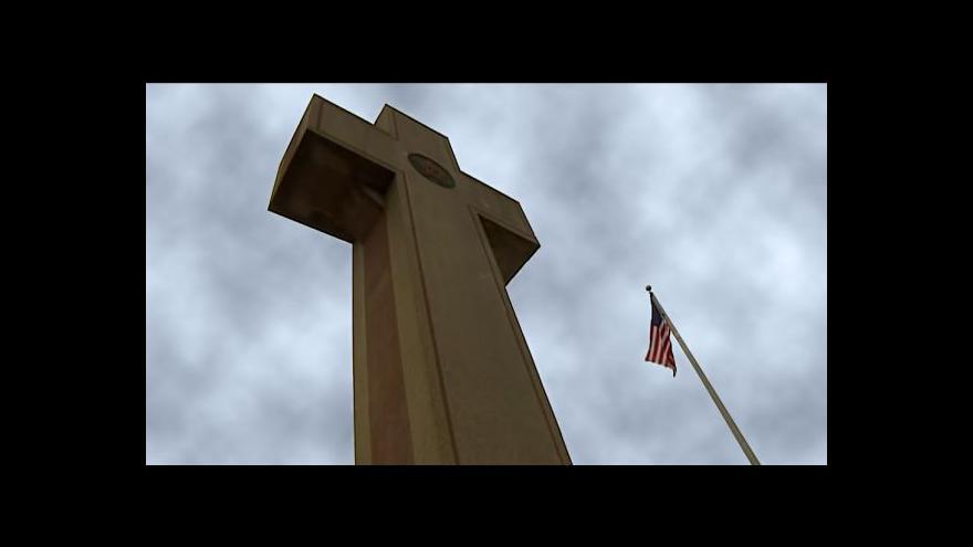 Video Americkým ateistům vadí pomník ve tvaru kříže