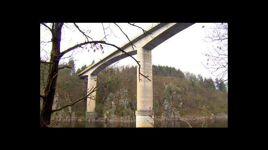 Video Události: Policisté našli v Orlické přehradě zavražděného muže