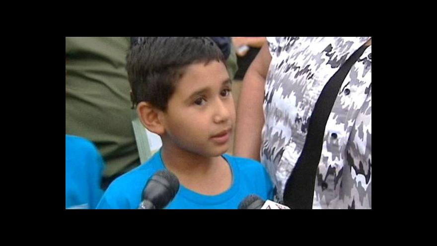 Video Muž unesl auto i s dětmi, ty ho zmlátily umělým hadem